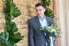 新郎为婚礼做准备 未婚夫等待他的未婚妻 婚礼衣服的一个人为摄影师摆在 免版税库存图片