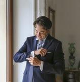新郎为婚礼做准备 免版税库存图片