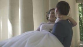新郎举他的胳膊的新娘 股票视频