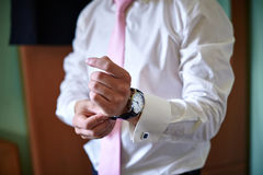 新郎佩带在手上的一块手表 免版税图库摄影