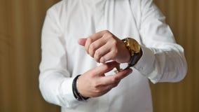 新郎佩带的手表特写镜头 影视素材