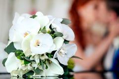 新郎和新娘与花一起 免版税图库摄影