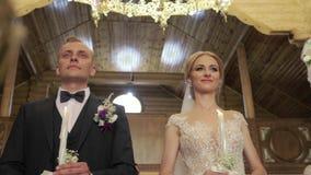 新郎和新娘在他们的婚礼那天在教会里 夫妇结婚了 录影 股票录像