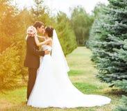新郎和新娘在公园 礼服片段顺序婚礼 brewster 免版税库存照片