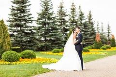 新郎和新娘在公园 礼服片段顺序婚礼 brewster 免版税库存图片