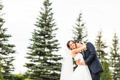 新郎和新娘在公园 礼服片段顺序婚礼 brewster 免版税图库摄影