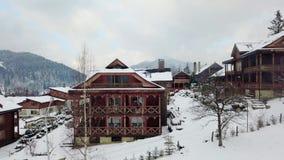 新郎和新娘在木日志瑞士山中的牧人小屋村庄阳台的饮料咖啡在村庄,当寄生虫照相机飞行时 股票录像