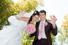 新郎和新娘开玩笑 库存图片