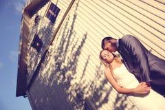 新郎和新娘摆在室外 免版税库存照片
