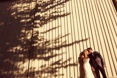 新郎和新娘摆在室外 免版税库存图片