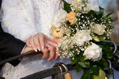 新郎和新娘的手。 免版税库存图片