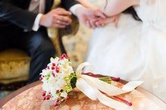 新郎和新娘的手 图库摄影