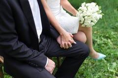 新郎和新娘的手 免版税库存照片