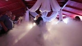 新郎和新娘的第一个舞蹈 在destaurant的舞蹈 录影 婚姻 影视素材