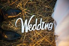新郎和新娘的脚 白色婚礼信件 免版税库存图片