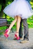 新郎和新娘的腿。 免版税图库摄影