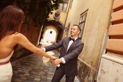 新郎和新娘获得乐趣在城市 图库摄影