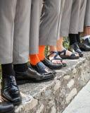 新郎和男傧相脚和鞋子 免版税库存图片