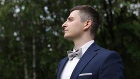 新郎在公园等待他的新娘 股票视频