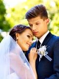 新郎容忍新娘。 免版税库存照片