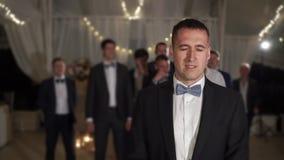 新郎投掷袜带在婚姻的庆祝党 股票录像