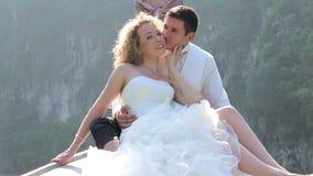 新郎拥抱坐在longtail小船的新娘 股票视频
