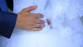 新郎拥抱新娘's腰部 股票视频