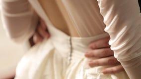 新郎拥抱新娘's腰部 影视素材