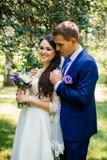 新郎拥抱新娘 在爱的婚礼夫妇在婚礼 库存照片