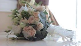 新郎拾起花婚礼花束从桌的 股票录像