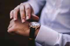 新郎的婚礼细节 库存照片