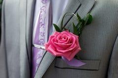 新郎的美丽的钮扣眼上插的花 图库摄影