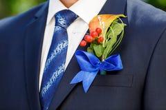 新郎的美丽的钮扣眼上插的花 免版税库存照片