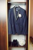 新郎的衣服和新娘的花束 库存图片