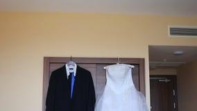新郎礼服和新娘婚装垂悬 股票录像