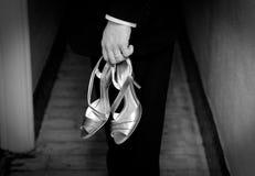 新郎穿上鞋子婚礼 库存照片