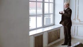新郎穿着衣服户内 股票视频