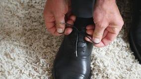 新郎穿鞋子户内 英俊的人男性画象  股票视频