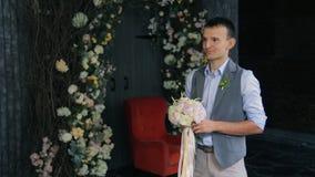 新郎等待新娘递她的婚礼花束 股票录像