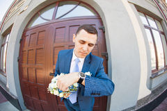 新郎等待的新娘 结婚 关闭 brewster 免版税库存照片