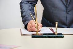 新郎签署的结婚证书或婚姻的合同 免版税库存照片