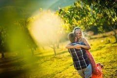 新郎获得与新娘的乐趣在热带在一个晴朗的夏日 在前景的被弄脏的聚焦 库存图片