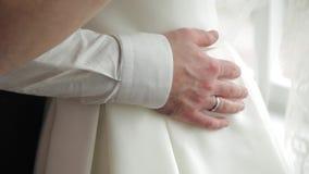 新郎递容忍他的新娘和他们的手指在圆环 影视素材