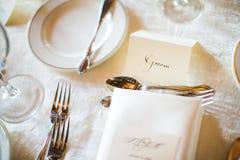 新郎结婚宴会的位置卡片 免版税库存照片