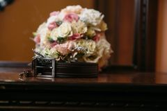 新郎` s婚礼辅助部件 穿上鞋子花、链扣、婚姻的钮扣眼上插的花和传送带花束  免版税库存图片