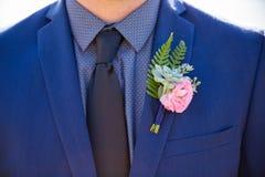 新郎Boutineer和蓝色衣服 库存图片