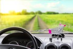 新采购的汽车 从汽车沙龙的看法在乡下公路 购买一辆汽车在信用 免版税库存图片