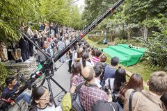 新闻工作者和访客在成都研究大熊猫饲养基地  免版税图库摄影
