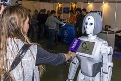 新闻工作者采访机器人 免版税图库摄影