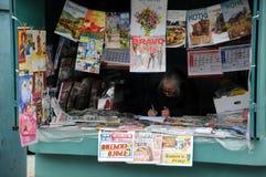 新闻摊位的老妇人 库存图片